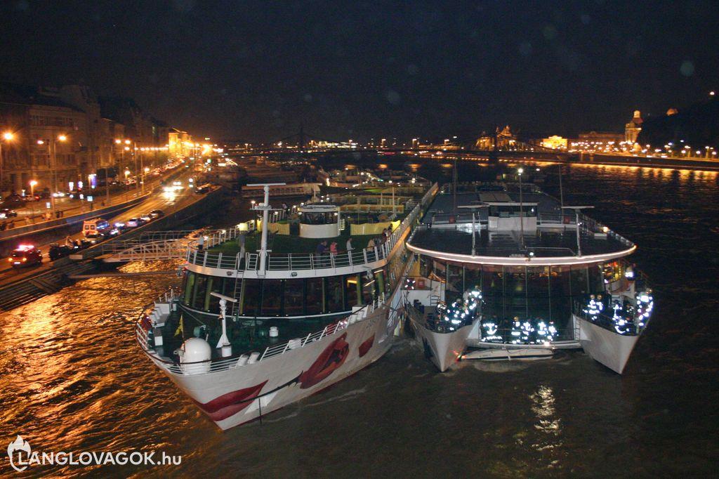 Szállóhajó alá szorult egy motorcsónak a Dunán Budapesten