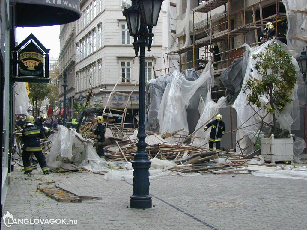 Állványzat dőlt le egy sétállóutcában Budapesten