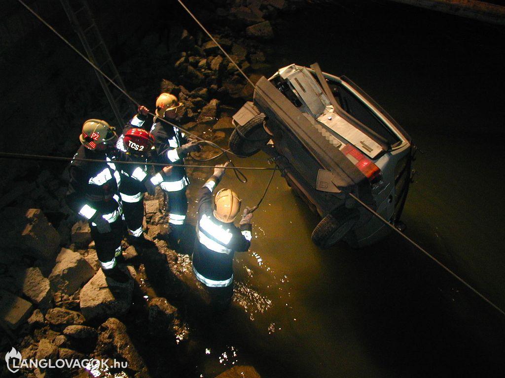 Kamion lökött a Dunába egy autót Budapesten