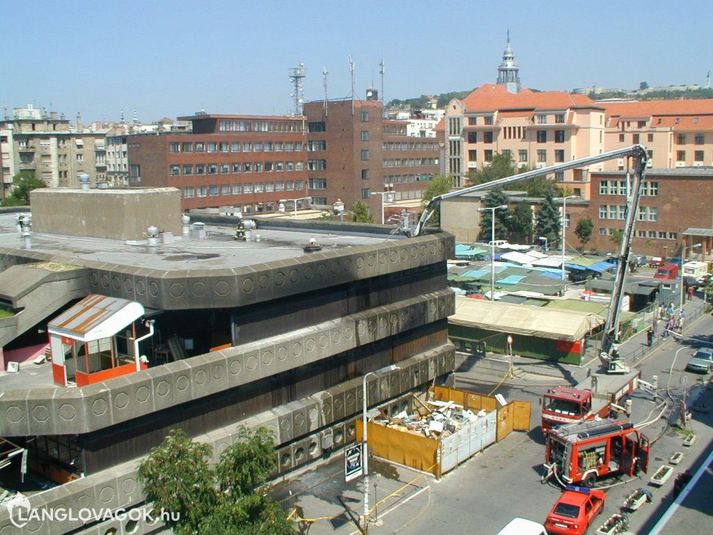 Vásárcsarnok gyulladt ki Budapesten