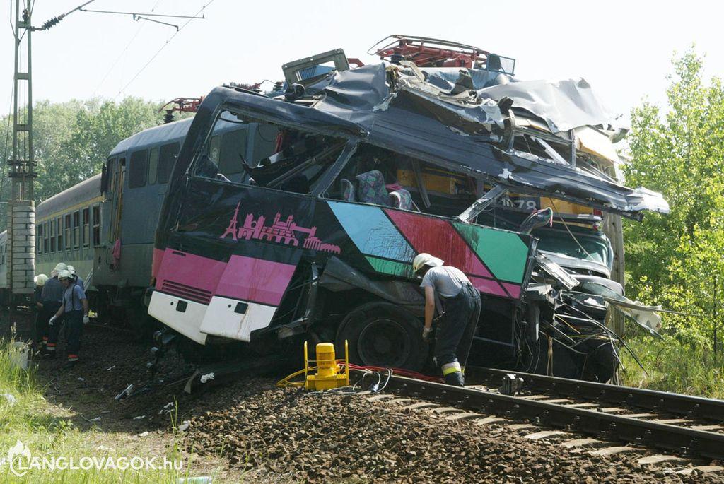 Tömegszerencsétlenség egy vasúti átjáróban Siófokon
