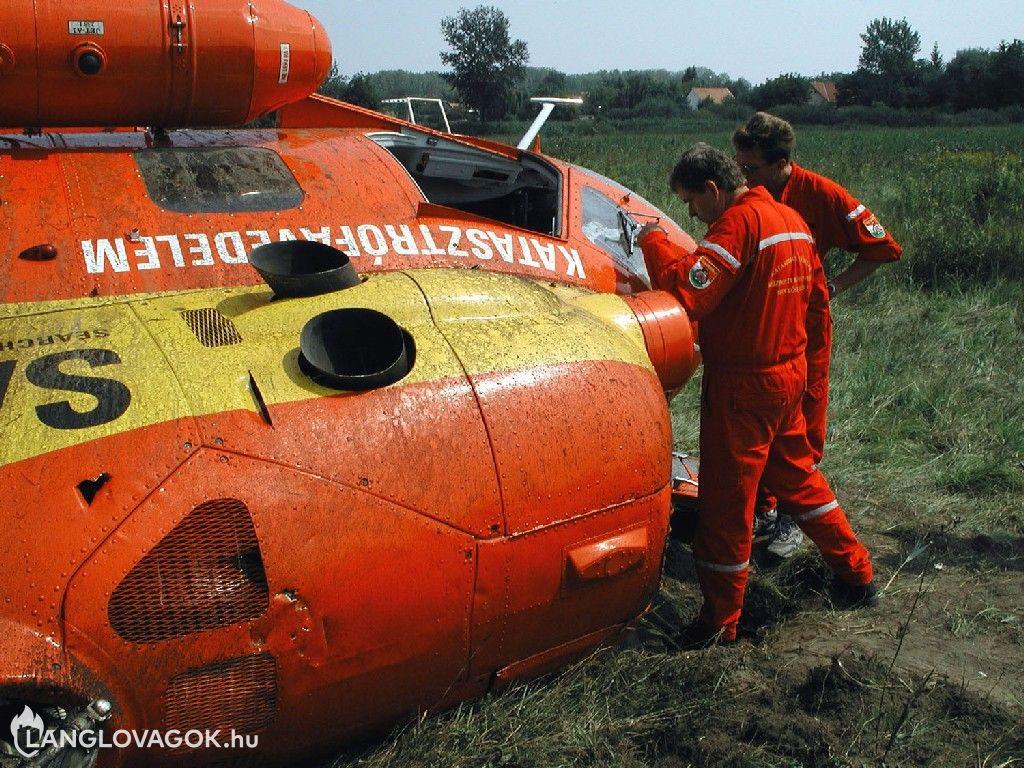 Kényszerleszállást hajtott végre a katasztrófavédelem helikoptere Szõdliget és Felsõgöd között