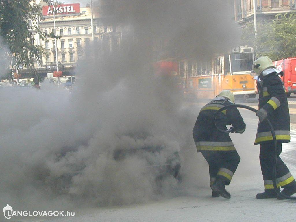 Kigyulladt egy személygépkocsi Budapesten