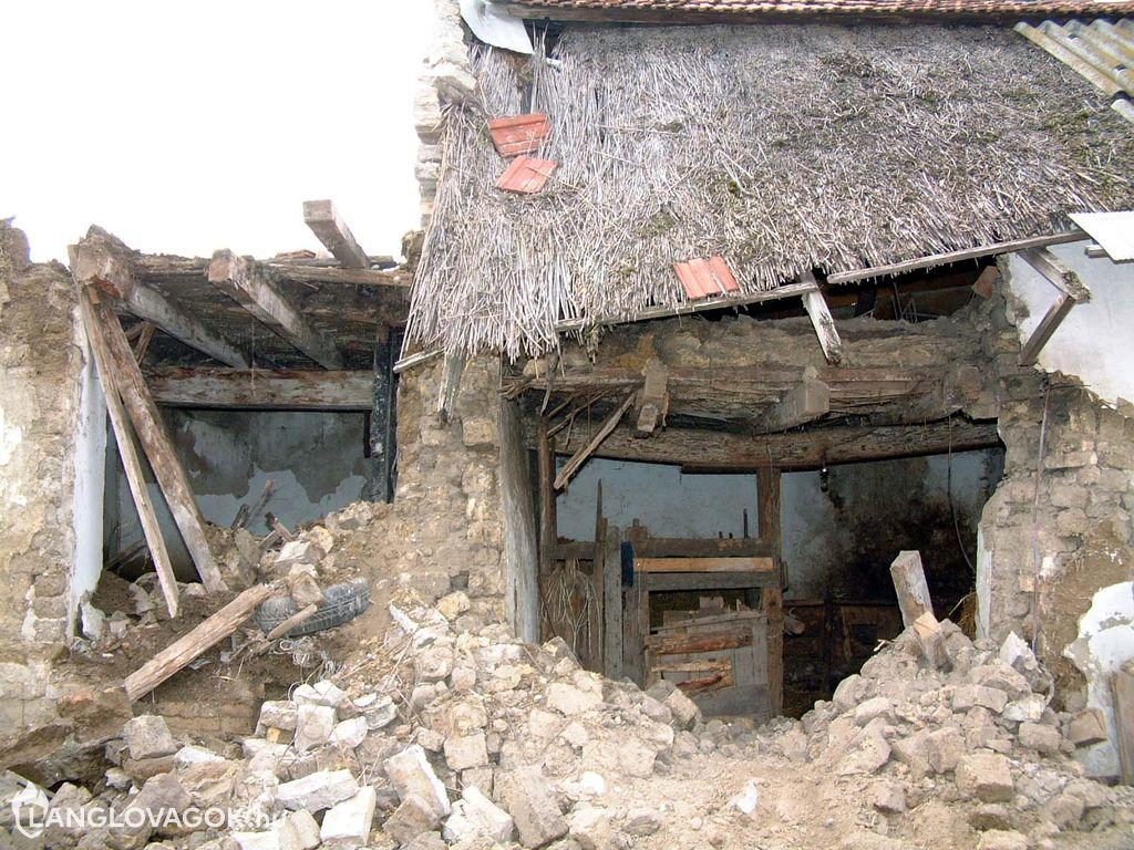 Kidõlt egy ház fala Kiskunfélegyházán