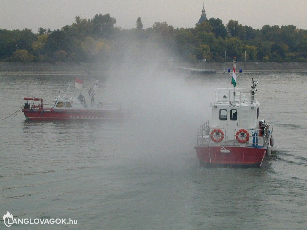 Régi és új tűzoltóhajó bemutatója Budapesten