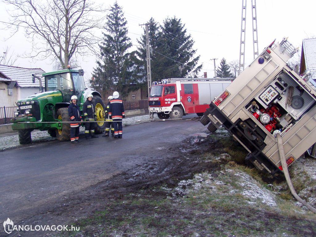 Árokba hajtott és megbillent egy tűzoltóautó Nádudvaron