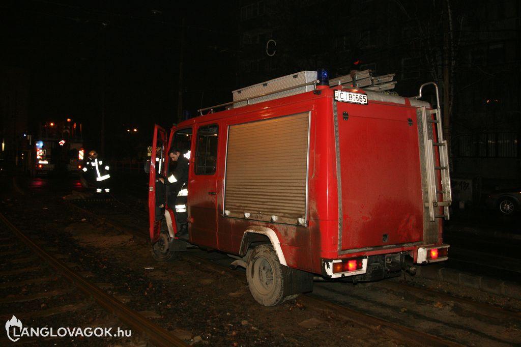 Vakvágányra futott egy tűzoltóautó a XI. kerületben