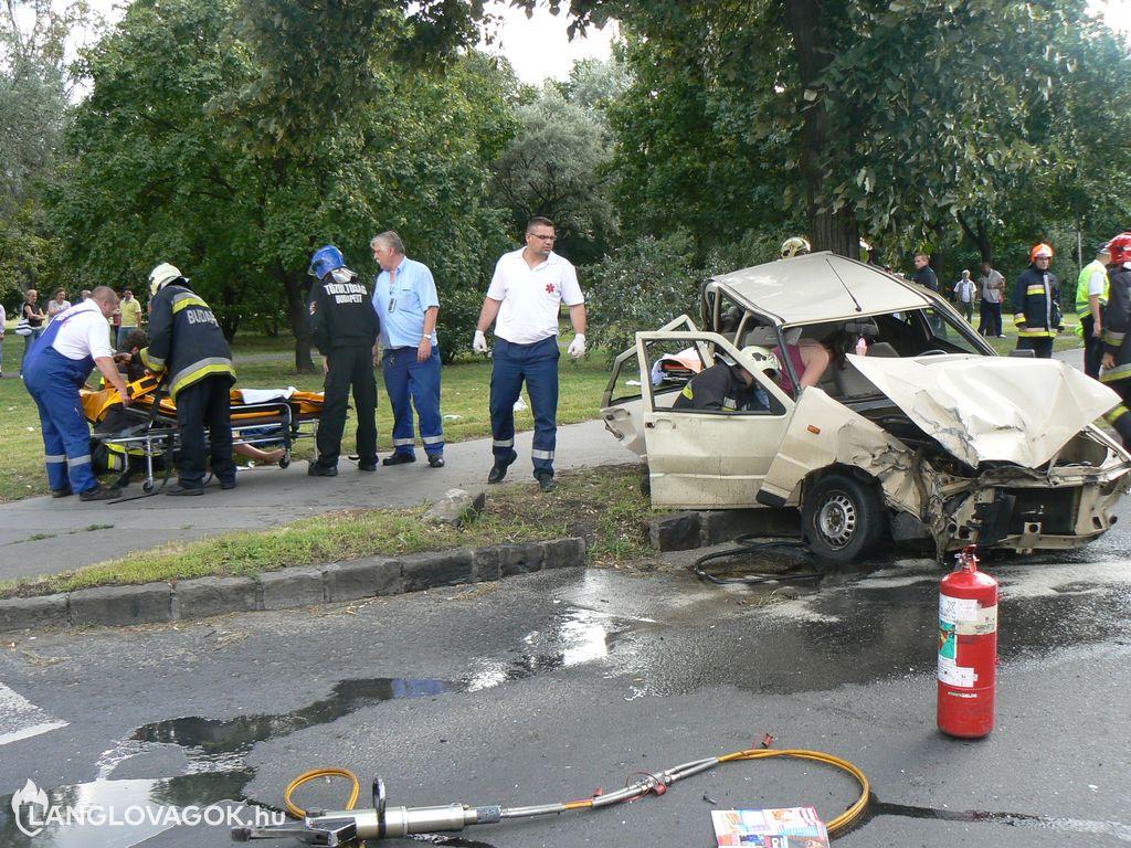Fának csapódott a tűzoltóautóval ütközött személygépkocsi Budapesten