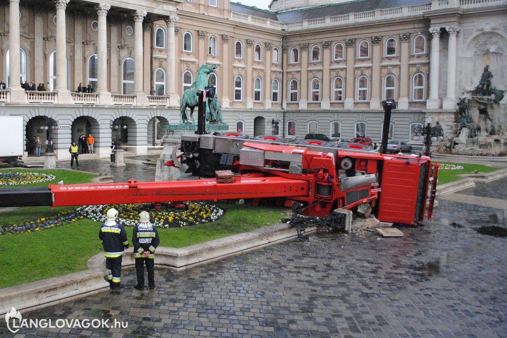 Műkincsbeemelést végző tűzoltódaru borult fel Budapesten