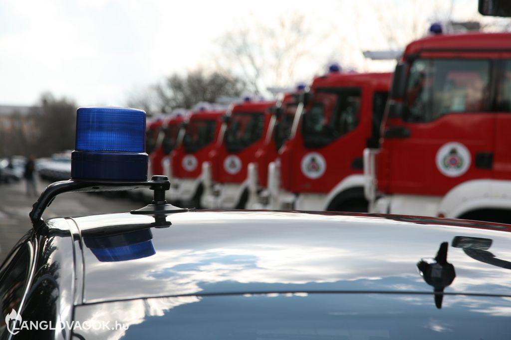 Új gépjárművek átadása az Országos Katasztrófavédelmi Főigazgatóságon