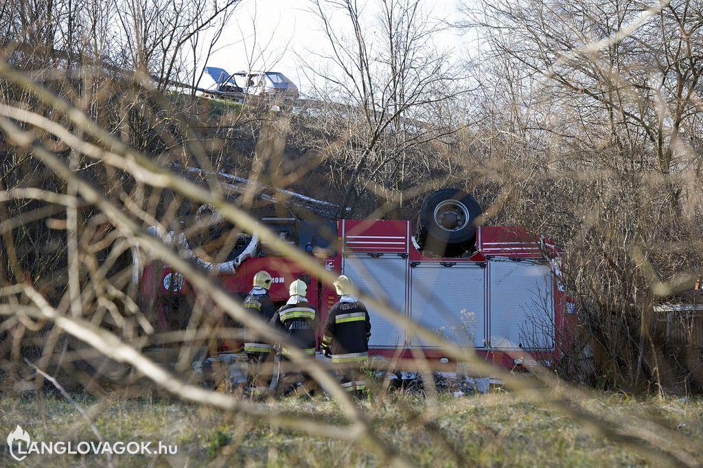 Tömeges karambolban tűzoltóautók borultak fel a 4-es főúton