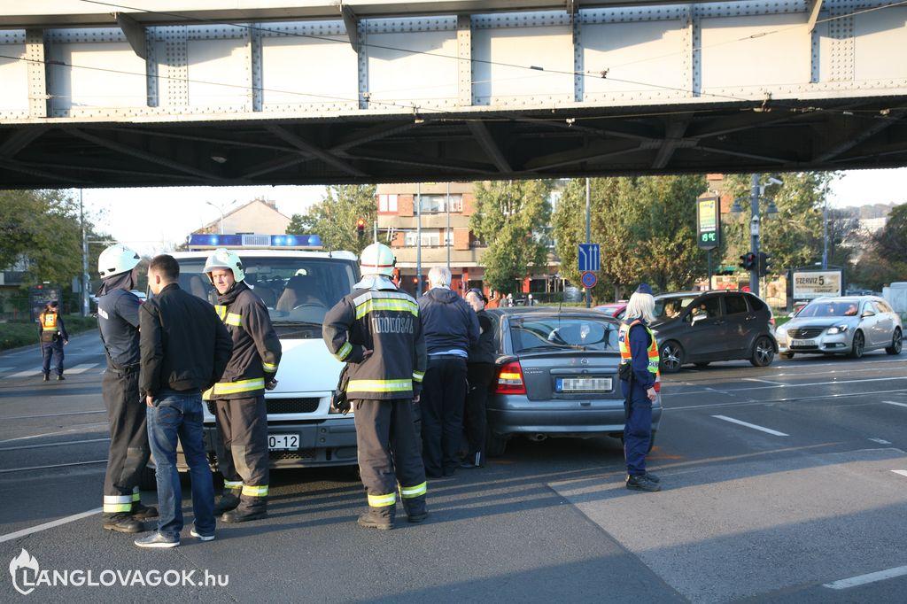 Tűzoltóautó oldalába hajtott egy Opel Astra Budapesten