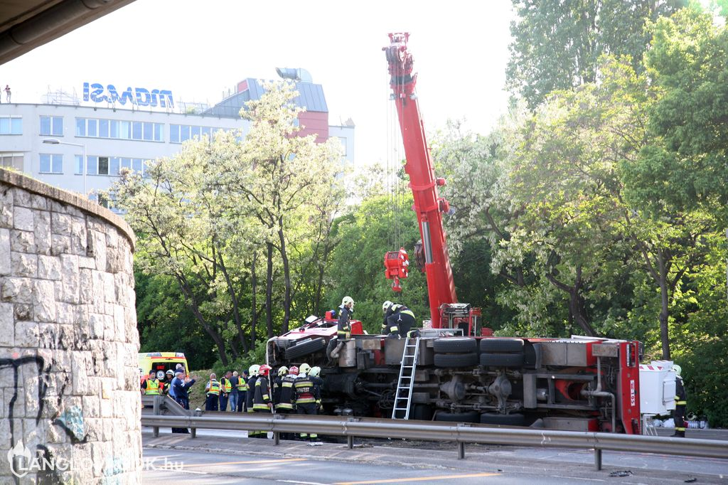 Emelőkosaras gépjármű halálos balesete Budapesten