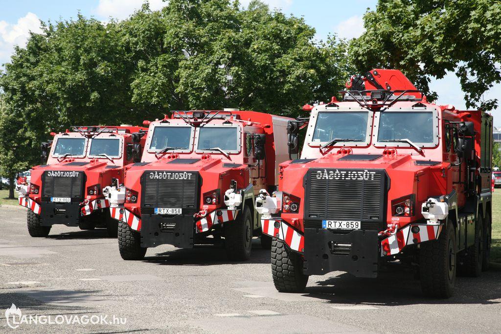 Gépjárművek átadása az Országos Katasztrófavédelmi Főigazgatóságon