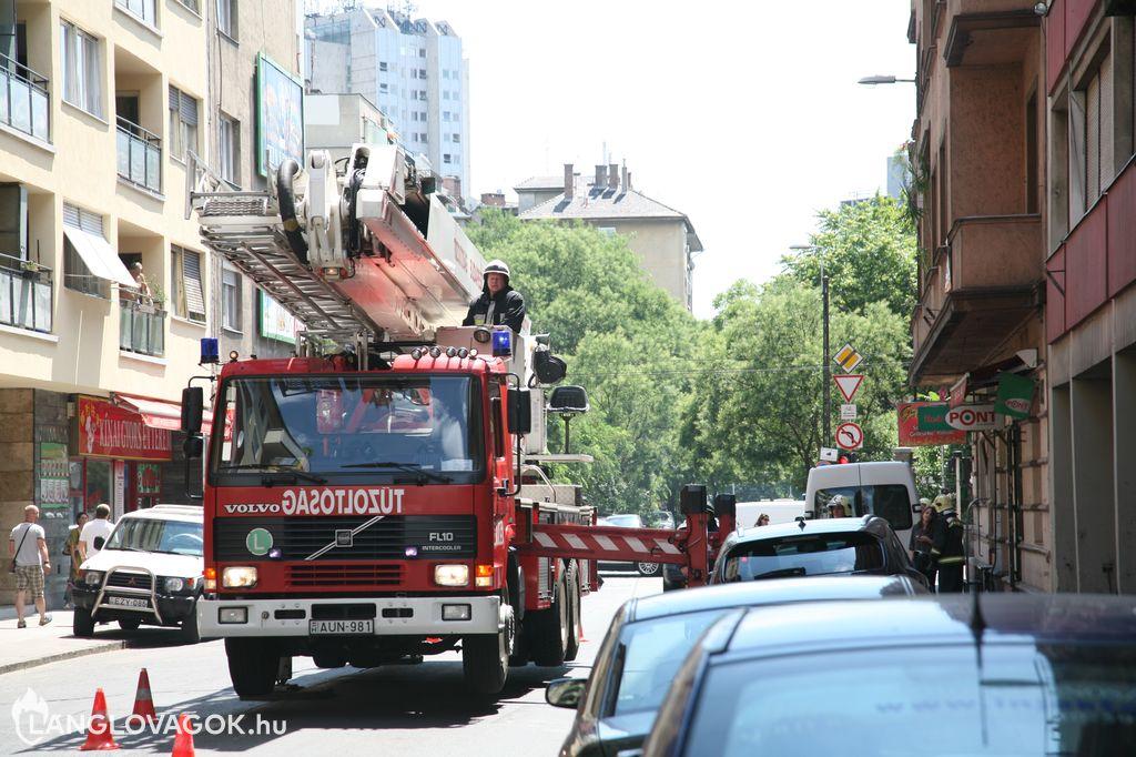 Meglazult vakolat egy házfalon Budapesten
