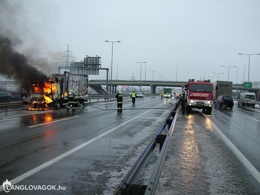 Lángba borult teherautó az M5-ös budapesti szakaszán