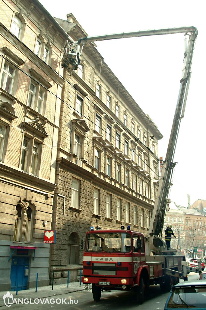 Faldarab zuhant le egy házról Budapesten
