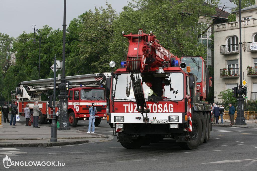 Tűzoltóautók felvonulása a tűzoltónapon Budapesten