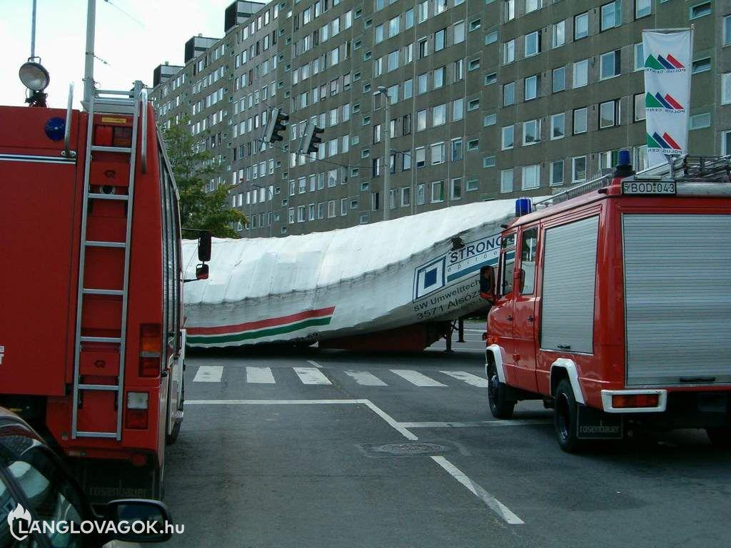 Kanyarodó kamion rakománya borult le Budapesten