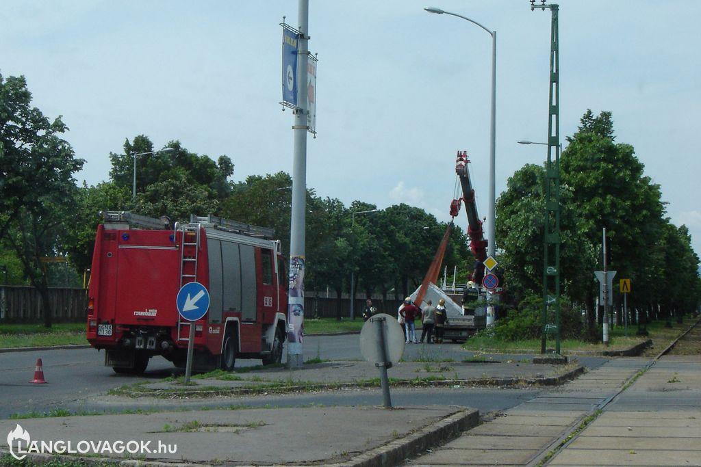 Leborult egy kisteherautó rakománya Budapesten