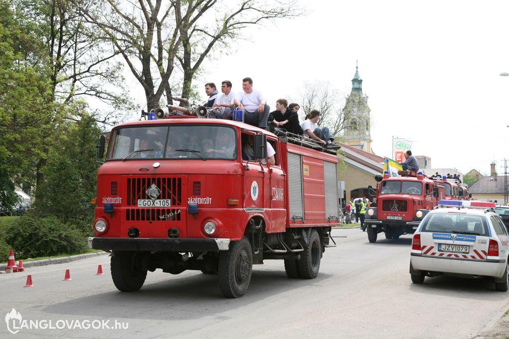 Tűzoltóautók felvonulása a tűzoltómajálison Bicskén