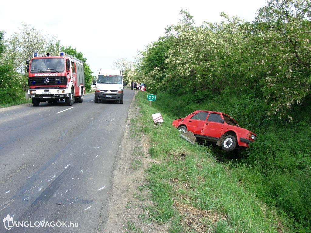 Szalagkorláton akadt Volkswagen, árokban landolt Skoda és Opel a 49-es fõúton