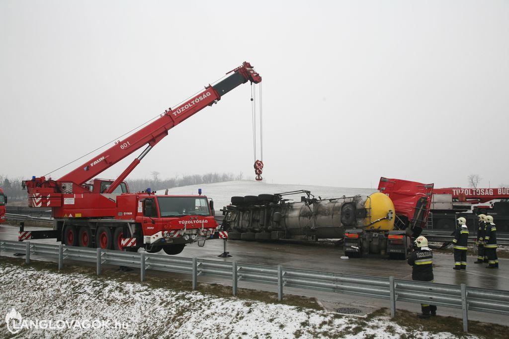 Nehéz fűtőolajat szállító tartálykocsi borult fel az M0-áson