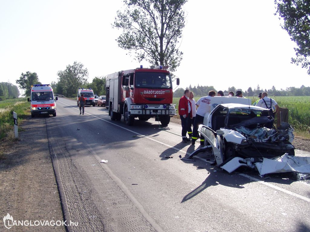 Teherautó és személygépkocsi halálos karambolja a 4-es főúton