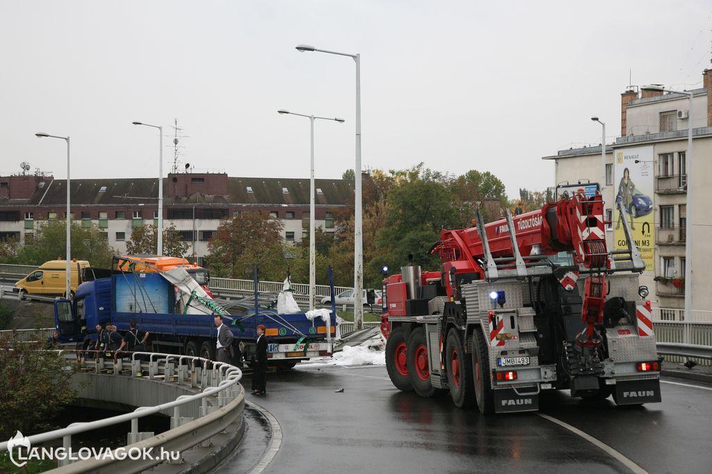 Kamion borult fel egy felüljárón Budapesten