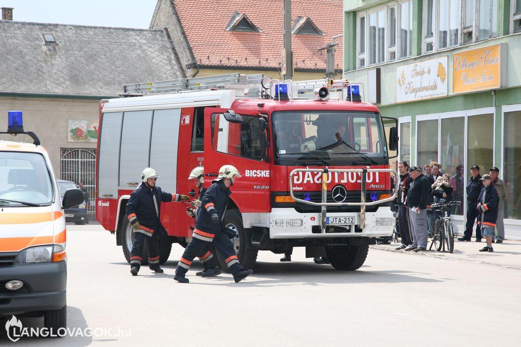 Műszaki mentési bemutató a tűzoltómajálison Bicskén