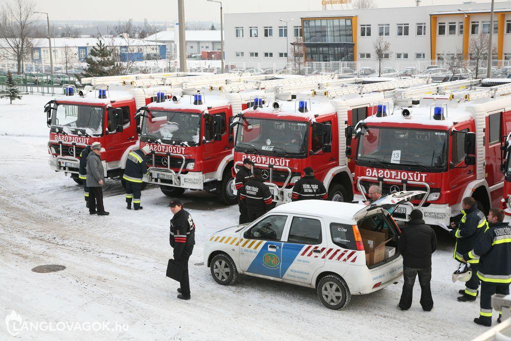 Gépjármûfecskendõk átadása Budapesten