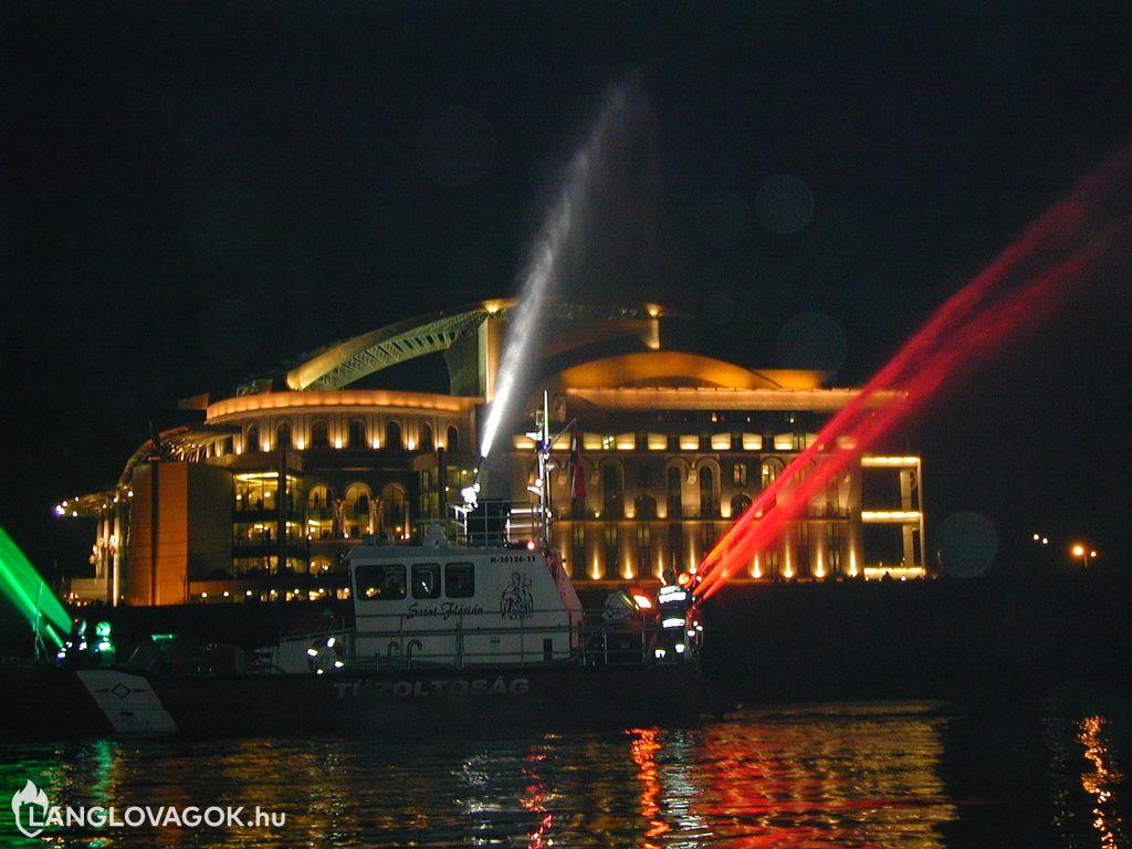 Tűzoltóhajó látványbemutatója a Nemzeti Színház megnyitóján Budapesten