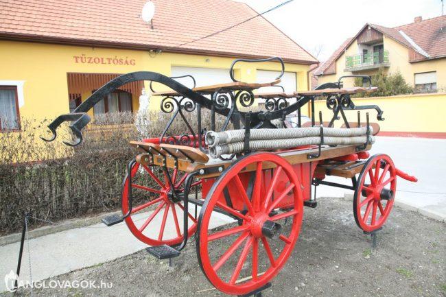 Kocsifecskendő a tűzoltószertár előtt Kunszentmiklóson (Fotó: Kis-Guczi Péter)