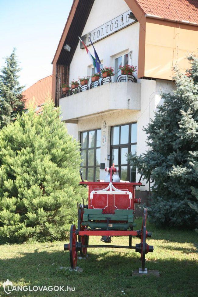 Kocsifecskendő a tűzoltólaktanya előtt Siklóson (Fotó: Kis-Guczi Péter)