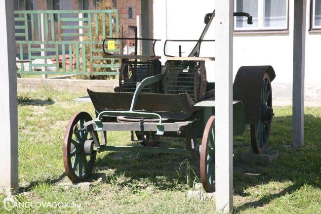 Kocsifecskendő a tűzoltószertár előtt Csákváron (Fotó: Kis-Guczi Péter)