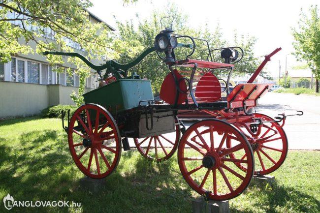 Kocsifecskendő a tűzoltólaktanya előtt Egerben (Fotó: Kis-Guczi Péter)