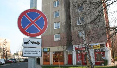 Megállni tilos, mert katasztrófavédelmi felvonulási terület (Fotó: Kis-Guczi Péter)