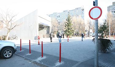 A Bikás parki metrómegállónál a rendőrség szerint ezt lehet, a közterület-felügyelet szerint nem, a katasztrófavédelem meg nem nézi jó szemmel (Fotó: Kis-Guczi Péter)