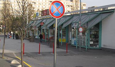 Megállni tilos tábla került a Bikás parki metrómegálló tűzoltási felvonulási területének bejáratához (Fotó: Kis-Guczi Péter)