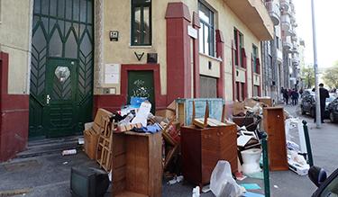 Elszállításra váró lomok egy lakóépület főbejáratánál a XII. kerületben 2018. április 14-én (Fotó: Kis-Guczi Péter)