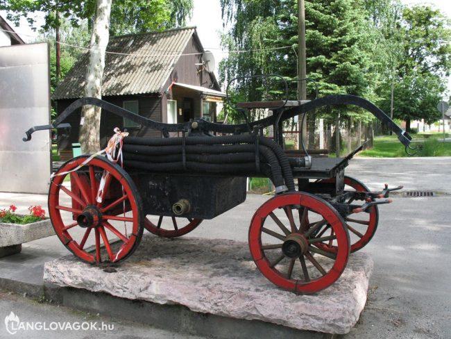 Kocsifecskendő a tűzoltószertár előtt Kisbéren
