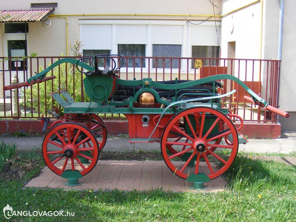 Kocsifecskendő a tűzoltóság előtt Komádiban (Fotó: Somogyi Attila)
