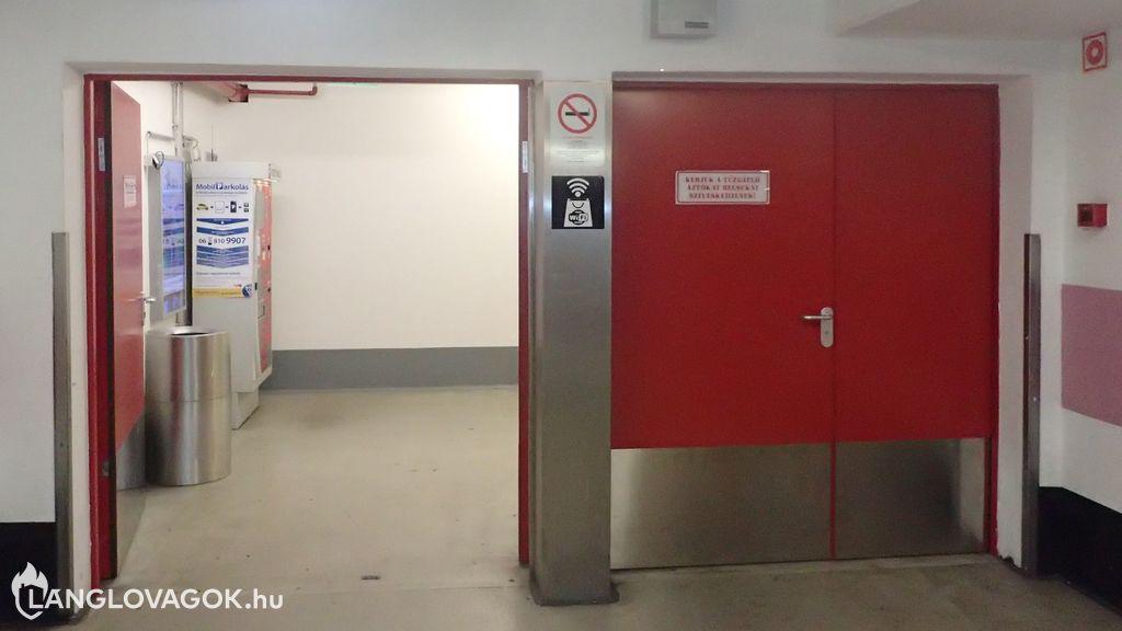 Nyitott tűzgátló ajtók a bevásárlóközpontban