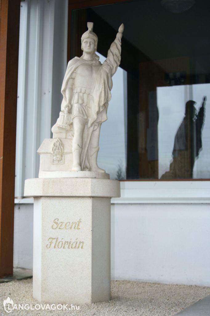 Szent Flórián-szobor a tűzoltóságnál Kiskunfélegyházán (Fotó: Kiskunfélegyházi tűzoltóság)