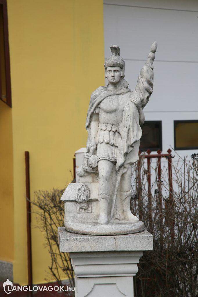 Szent Flórián-szobor a tûzoltóság elõtt Kunszentmiklóson (Fotó: Kis-Guczi Péter)