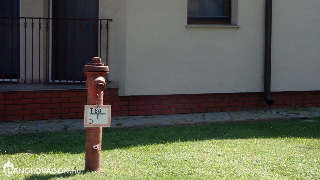 Tűzcsapjelző tábla a tűzcsapon