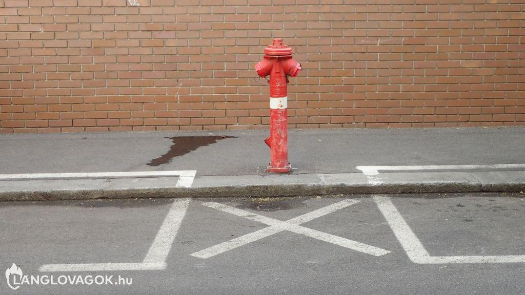 Parkolni tilos a tűzcsap előtt