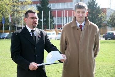 Paul Tamás és Árok Kornél sajtótájékoztatója az OKF előtt