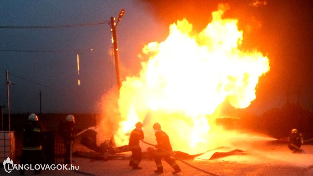 Éghető folyadékot tároló tartályok és felfogó tereik tüzeinek oltása