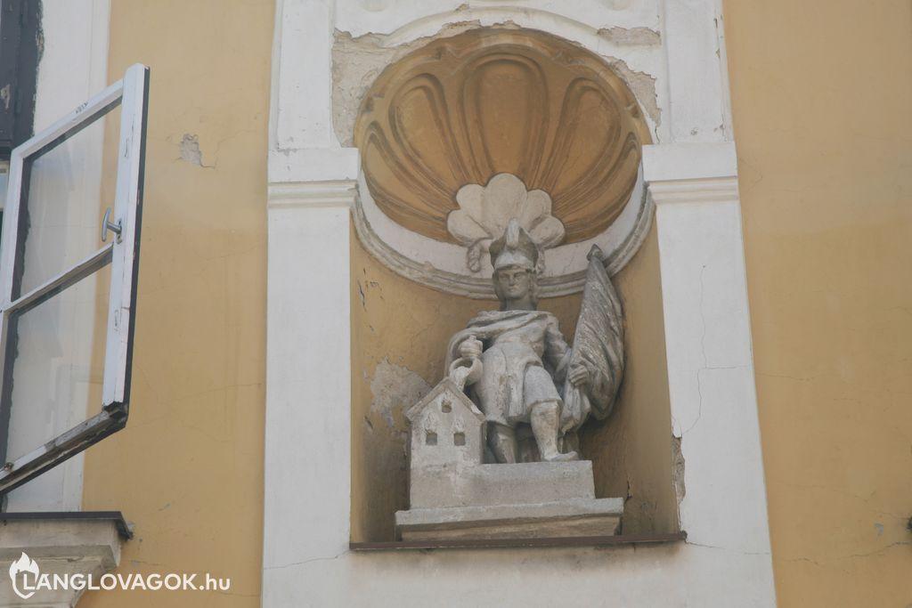 Szent Flórián-szobor épület homlokzatán Pécsett (Fotó: Kis-Guczi Péter)